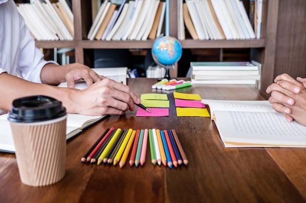 Studentencampus helpt een vriend bij het inhalen van een werkboek en bijles leren