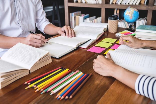 Studentencampussen of klasgenoten helpen een vriend bij het inhalen van een werkboek en bijles leren in de klas