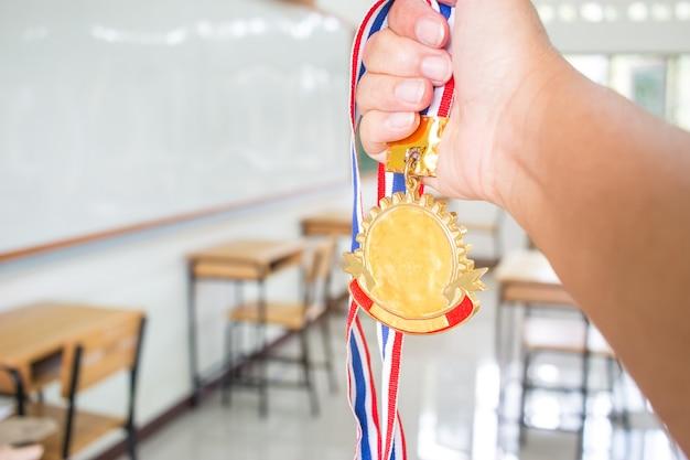 Studentenhand verhoogd met twee gouden medailles