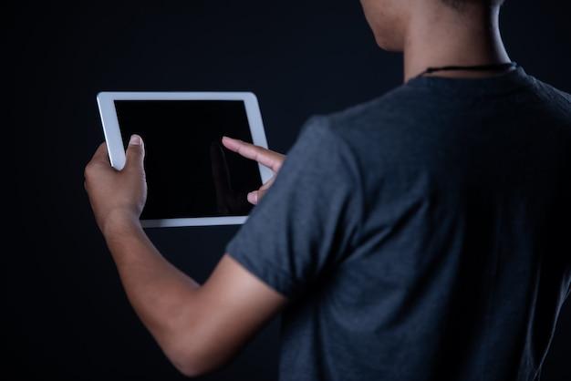 Studentenjongen die laptop met behulp van, online het leren, onderwijs