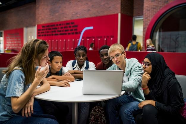 Studentenlevensstijl e-learning met laptop