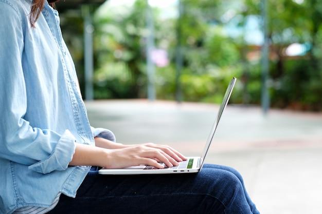 Studentenmeisje die laptop computer, online onderwijs, volwassen het leren concept met behulp van