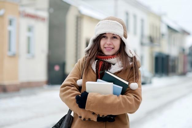 Studentenmeisje in de winter