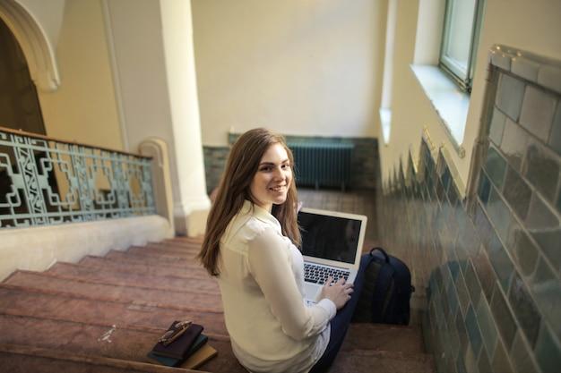 Studentenmeisje met laptop