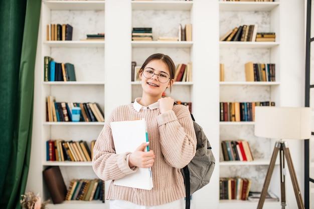 Studentenmeisje studeert hard in bibliotheek