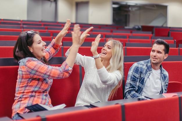 Studentenmeisjes geven elkaar een high five