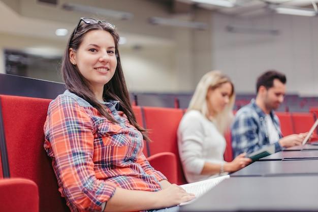 Studentenvrouw die camera lezing bekijken