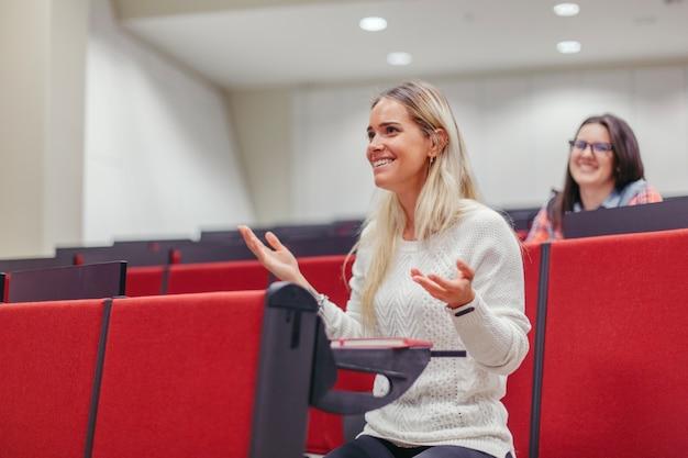 Studentenzitting bij collegezaal