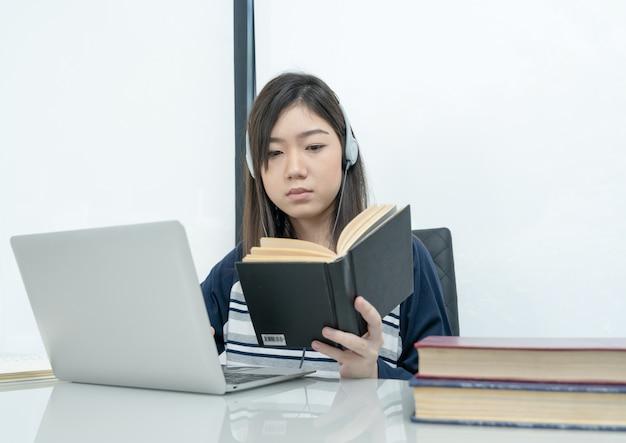 Studentenzitting in woonkamer en online het leren