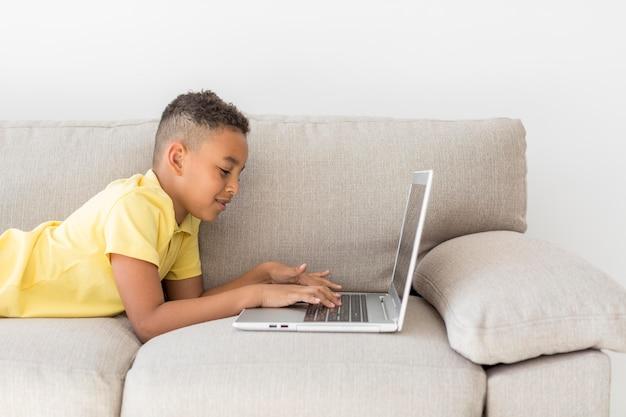 Studentenzitting op laag die laptop met behulp van