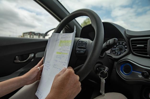 Studeren in een auto in een rij tijdens files