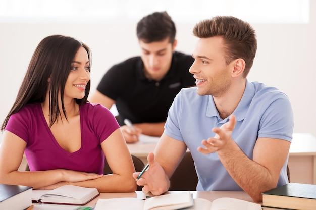 Studeren is leuk. twee zelfverzekerde studenten samen terwijl ze in de klas zitten