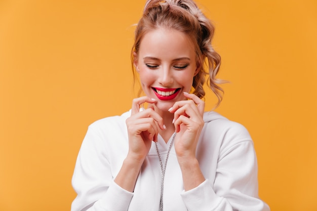 Studio close-up momentopname van vrouw met heldere lippen schijnt van geluk