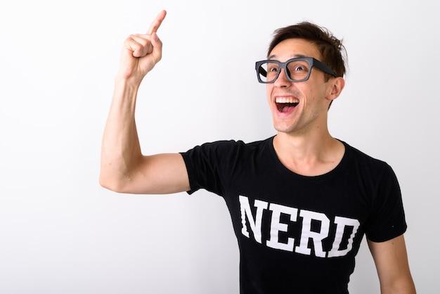 Studio die van de jonge gelukkige nerdmens is ontsproten die tijdens het denken glimlachen en p
