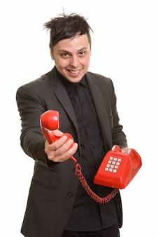 Studio die van gelukkige kaukasische zakenman is ontsproten die telefoon geeft