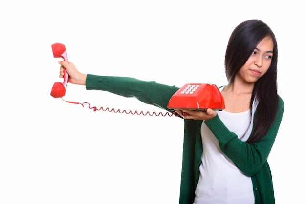 Studio die van jonge aziatische tiener is ontsproten die oude telefoon houdt