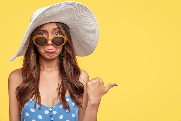 Studio die van ontevredenheid is ontsproten de europese reiziger drukt lippen van ongenoegen