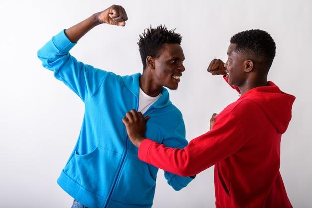 Studio die van twee jonge vrienden is ontsproten die elkaar bestrijden