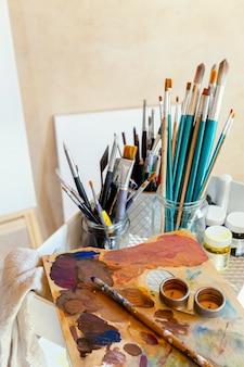 Studio met rekwisieten om te schilderen