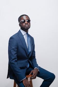 Studio mode portret van een knappe jonge afro-amerikaanse zakenman