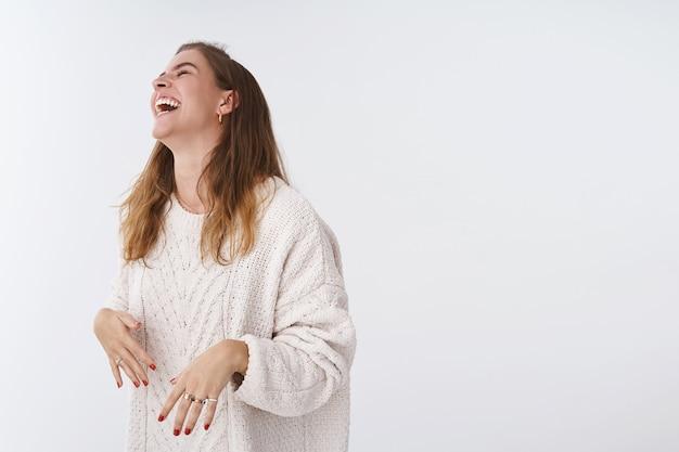 Studio opname geamuseerd gelukkig aantrekkelijke moderne vrouw plezier lachen grappen vriendelijk gezelschap hoofd opheffen grinniken lmao ogen sluiten, buikspieren doen pijn hardop giechelen, witte achtergrond
