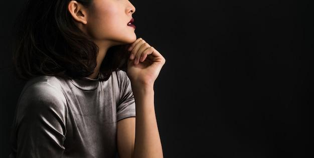 Studio opname portret van jonge luxe dame elegante mannequin met verfraaien lichaam.
