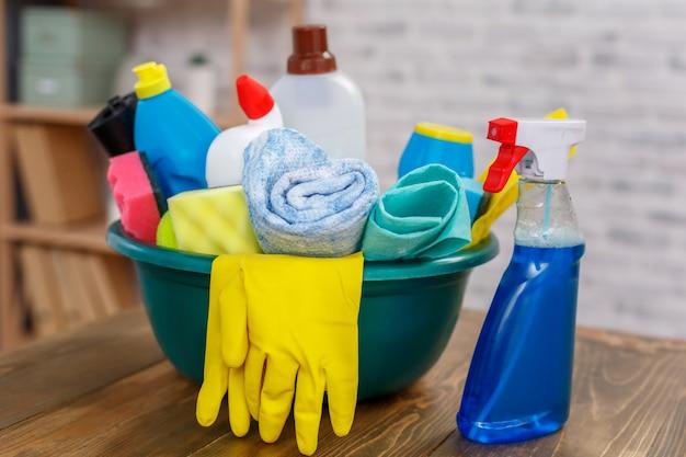 Studio-opname van de objecten van de huishoudster. er staat een kom vol flessen met desinfectiemiddel