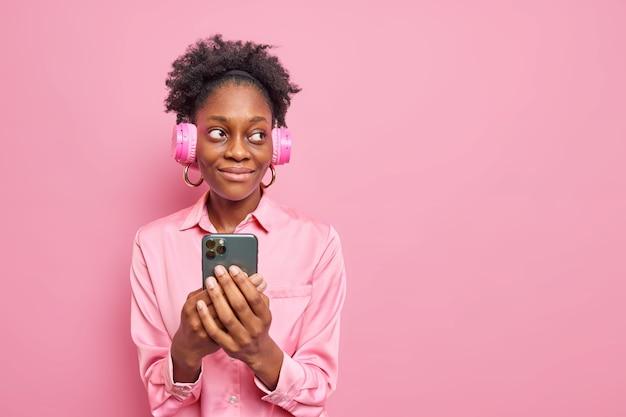 Studio-opname van magere jonge afro-amerikaanse vrouw met krullend haar en donkere huid dark
