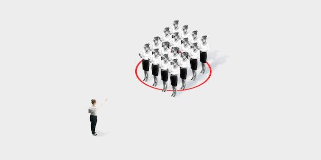 Studio-opname van mensen die sociale afstand demonstreren met pijlen die de scheiding aangeven