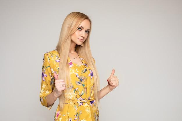 Studio portret van aantrekkelijke blonde blanke vrouw