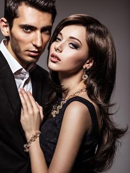 Studio portret van jonge mooie flirten verliefde paar
