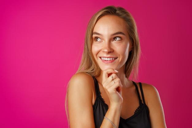 Studio portret van mooie jonge casual vrouw denken close-up