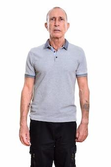 Studio portret van senior man met kort haar geïsoleerd tegen wit