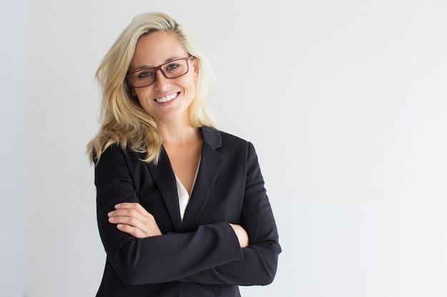 Studio portret van succesvolle jonge zakenvrouw
