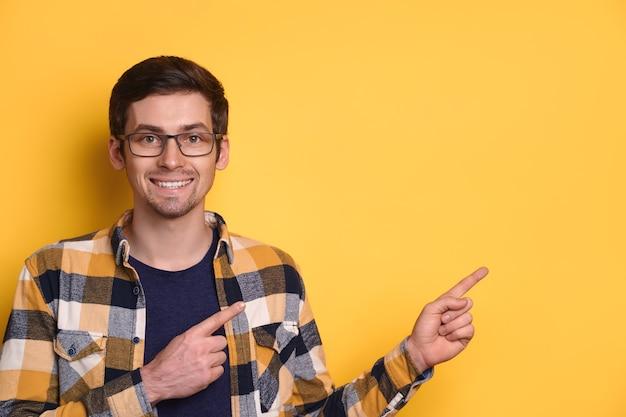 Studio portret van vrolijke blanke man met bril en casual jasje gelukkig lachend