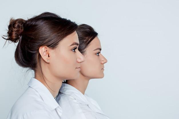 Studio portret van vrouwelijke tweeling