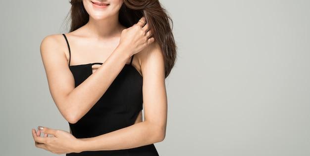 Studio shot portret van jonge luxe dame elegante mode-model met verfraaien lichaam.