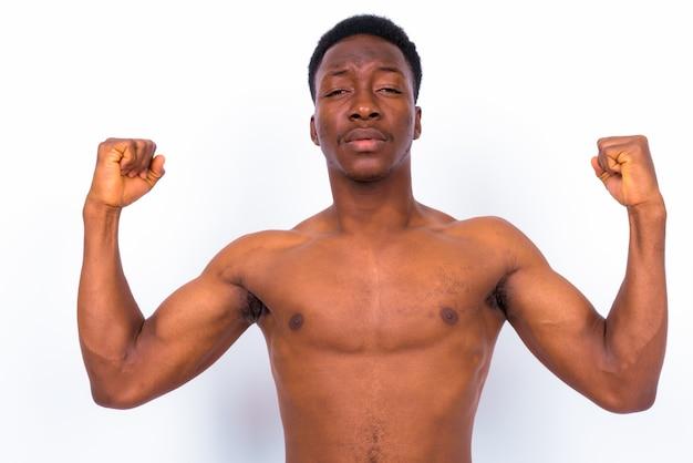 Studio shot van de jonge knappe afrikaanse man shirtless tegen een witte achtergrond