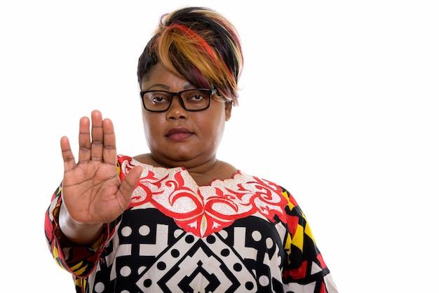 Studio shot van dikke zwarte vrouw hand stopbord geven