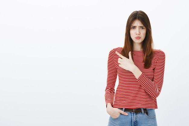 Studio shot van een brunette meisje in casual outfit