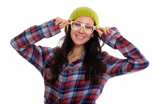 Studio shot van gelukkig mooie vrouw die lacht terwijl het dragen van een bril