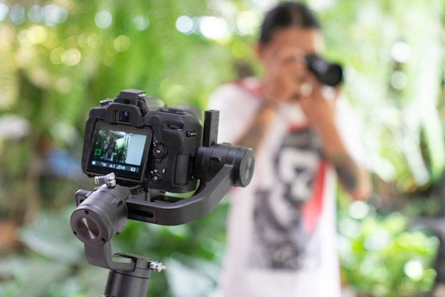 Studio shot van jonge knappe man vloggen tegen