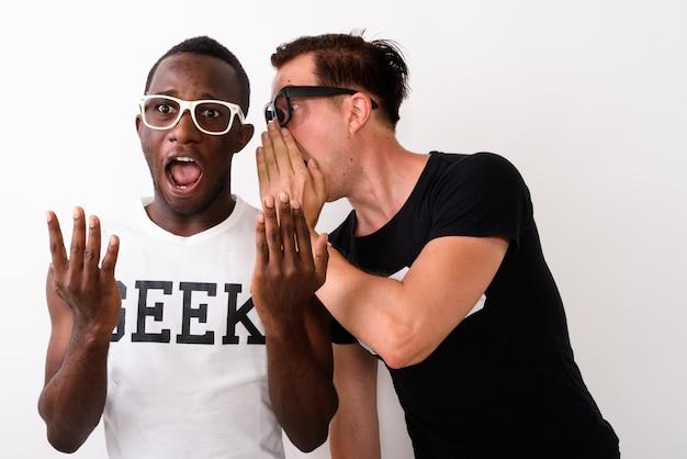 Studio shot van jonge zwarte afrikaanse geek man luisteren terwijl euro