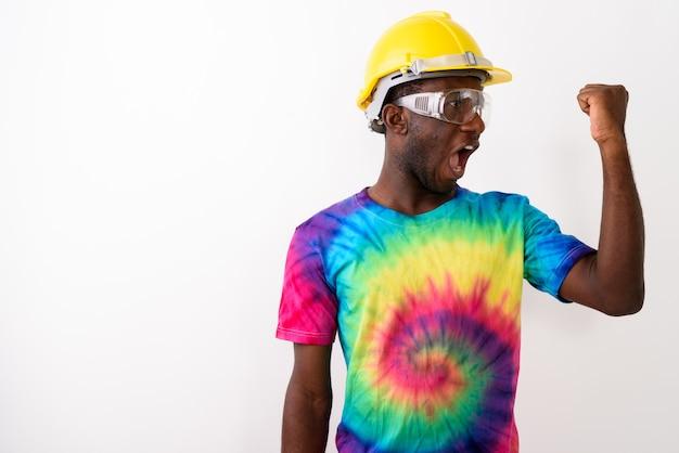 Studio shot van jonge zwarte afrikaanse man bouwvakker weari