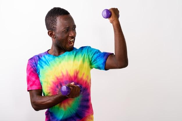 Studio shot van jonge zwarte afrikaanse man gevoel krachtig terwijl ho