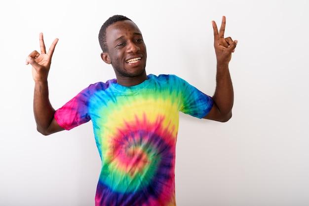 Studio shot van jonge zwarte afrikaanse man op zoek gelukkig en maken