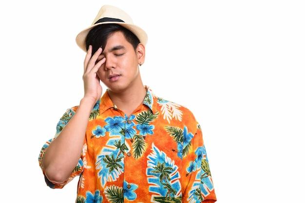 Studio shot van knappe aziatische man met hoofdpijn