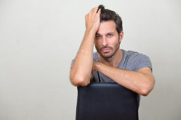 Studio shot van knappe bebaarde scandinavische man tegen witte achtergrond