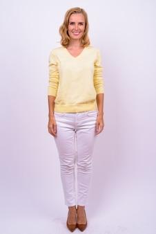 Studio shot van mooie blonde zakenvrouw tegen witte achtergrond