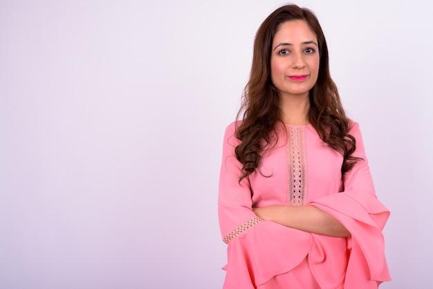 Studio shot van mooie indiase vrouw met golvend haar tegen witte achtergrond
